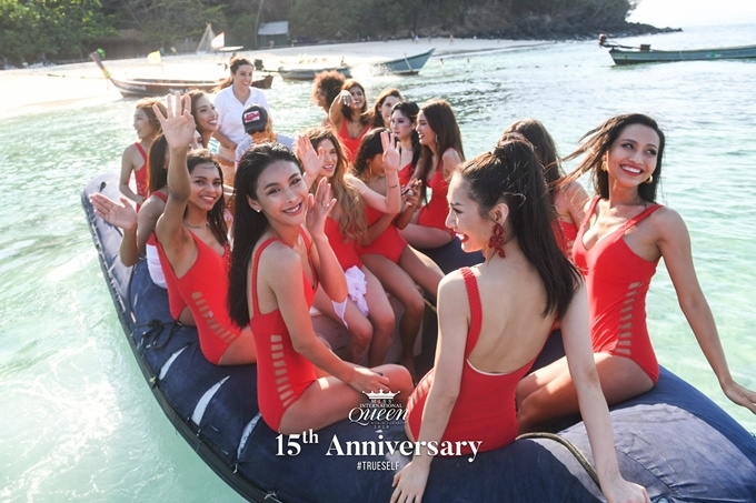 Ban tổ chức sắp xếp canô đưa thí sinh ra du thuyền để chụp ảnh bikini.