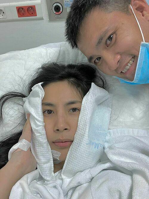 Công Vinh chăm sóc vợ tại bệnh viện.