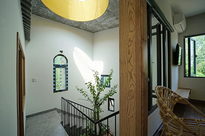 Ngôi nhà được thiết kế theo phong cách kiến trúc xanh, tiết kiệm năng lượng. Tất cả những thứ mà thiên nhiên ban tặng cho con người như nắng, gió, cây cối đều được đưa vào để tạo nên không gian sống hài hoà, thoải mái cho gia chủ.