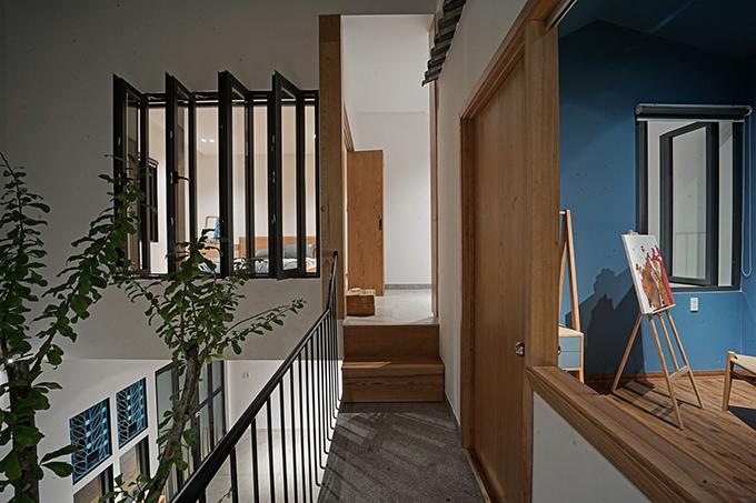 Khu vực hành lang dài trên tầng một.