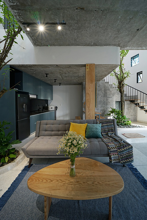 Khu vực tiếp khách nằm cạnh khu vực bếp. Để làm thoáng rộng không gian, nhóm kiến trúc sư hạn chế các tường ngăn giữa các khu vực chức năng.