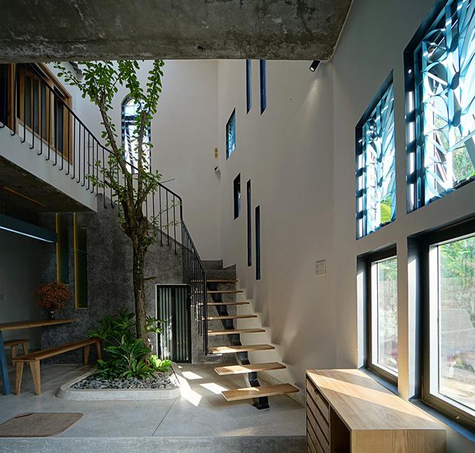 Tại tầng trệt, cây xanh được trồng ở khoảng thông tầng, ánh sáng được lấy từ giếng trời, kết hợp với cửa sổ để tạo một cơ chế thông gió tự nhiên. Cây xanh cũng là lá phổi của ngôi nhà, tạo sự gần gũi thiên nhiên. không gian mởcũng là điểm kết nối giữa các khu vực chức năng và hai tầng nhà với nhau.