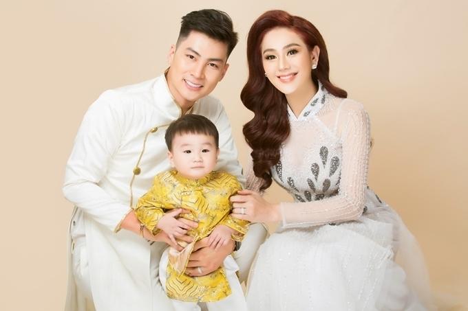 Lâm Khánh Chi kết hôn tháng 1/2018 với chồng trẻ Trần Phi Hùng. Sau đám cưới, nữ ca sĩ quyết tâm sinh con, thỏa mong ước trở thành người phụ nữ đích thực. Nữ ca sĩ mất khoảng 800 triệu đồng làm phương pháp thụ tinh nhân tạo, sau đó nhờ người mang thai hộ ở Thái Lan.
