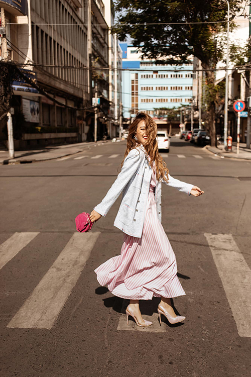 Hoàng Thuỳ Linh với hình ảnh nữ tính và tràn đầy năng lượng khi xuất hiện với set đồ váy maxi, áo blazer sắc màu trang nhã.Túi mini tông hồng cánh sen được ca sĩ chọn lựa để tạo điểm nhấn nổi bật.