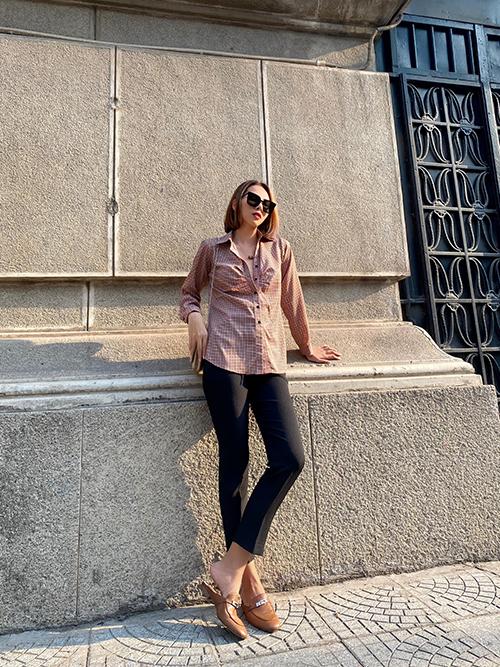 Từ ngày xây dựng thương hiệu thời trang cá nhân, Minh Triệu thường xuyên lăng xê các mẫu sơ mi do cô thiết kế. Mẫu áo mùa hè được phối cùng quần ống đứng, dép slip on mang lại sự năng động, hiện đại.
