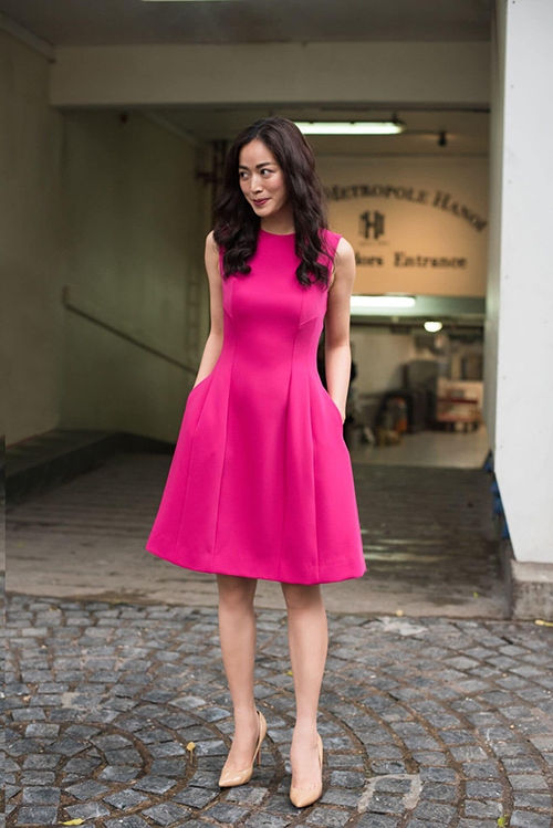 Mai Thanh Hà chọn váy hồng cánh sen để hút ánh nhìn khi đi dạo phố. Kiểu váy sát nách và chiều dài chấm gối mang tới sự đồng điệu với tiết trời mùa nắng phương Nam.