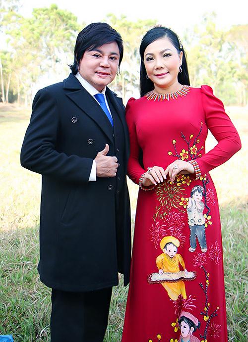 Hai nghệ sĩ cải lương Châu Thanh (trái) và Cẩm Tiên cũng đến thăm và ủng hộ Quyền Linh xây làng Khmer.