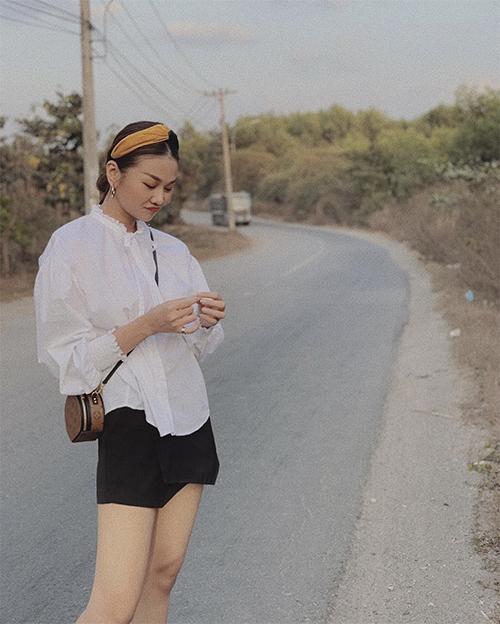 Thanh Hằng với hình ảnh trẻ trung khi phối áo blouse trắng đi cùng quần váy màu tương phản. Túi đeo chéo nhỏ xinh cùng bờm tiệm màu khiến siêu mẫu trở nên xinh xắn hơn.