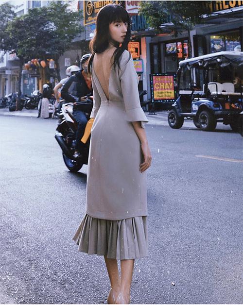 Thanh Vy chọn đầm đơn sắc được bố trí phần cut-out ấn tượng để khiến người mặc hút mắt hơn bởi khoảng lưng trần sexy.
