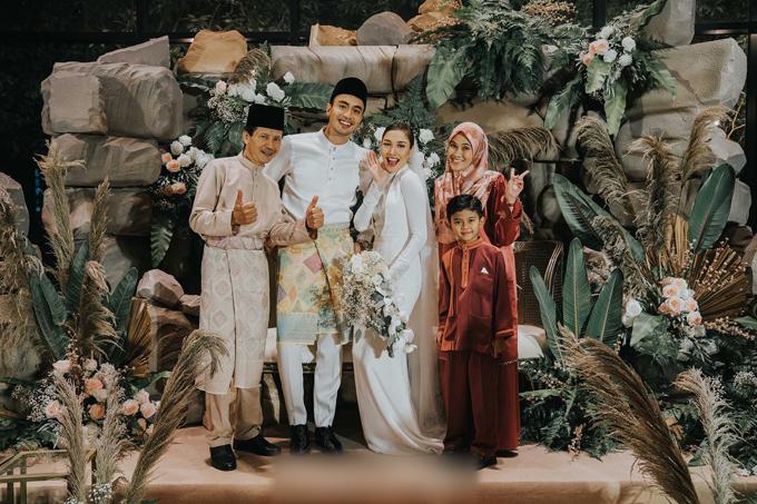 Cô dâu hài lòng vì không gian đám cưới đúng như những gì mình tưởng tượng. Cặp vợ chồng thay đồ cưới truyền thống và chụp ảnh bên khách mời.