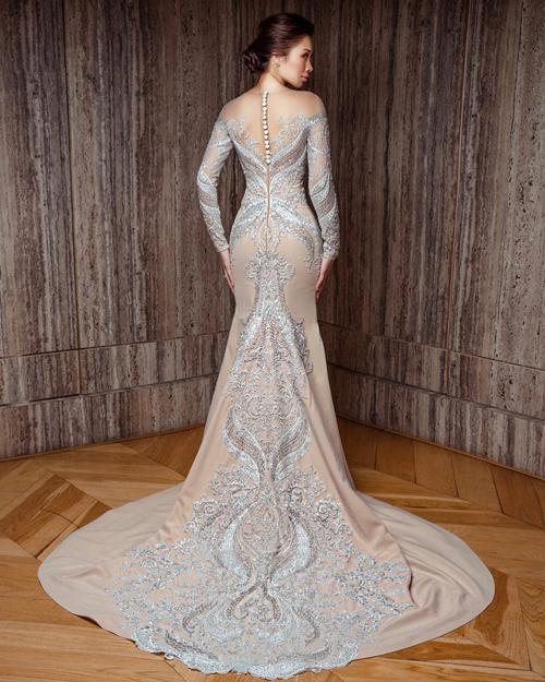 Mặt lưng váy giống một tác phẩm điêu khắc đích thực với họa tiết tỉ mỉ, tinh xảo và đăng đối.