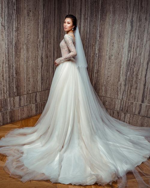 Dáng A xòe nhẹ, đuôi váy dàitạo sự thướt tha khi cô dâu di chuyển.