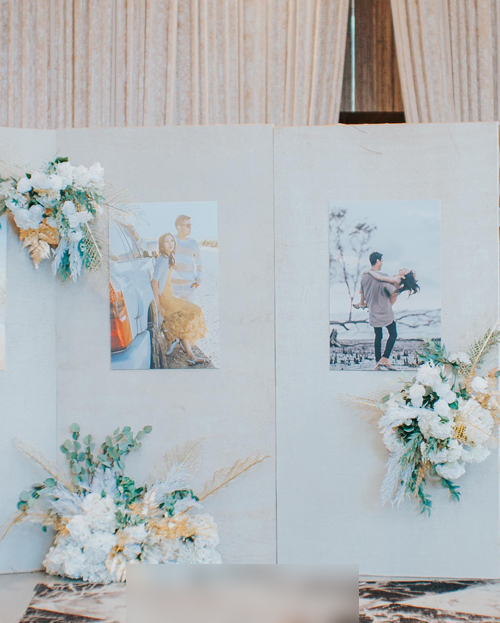 Bên ngoài sảnh tiệc là nhiều ảnh prewedding của uyên ương được phóng khổ lớn.