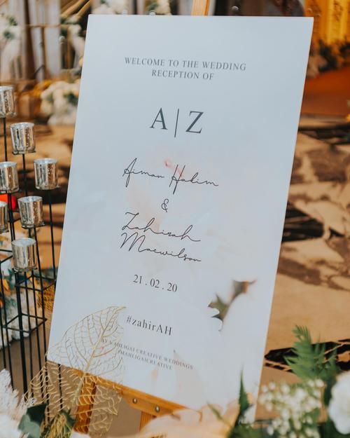 Bảng welcome đám cưới mang phong cách tối giản, sử dụng chữ nghệ thuật calligraphy.