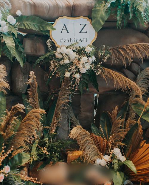 Phong cách tiệc mà uyên ương lựa chọn là rustic. Cô dâu từng mường tượng về một đám cưới như ở khu rừng nhiệt đới với thác nước, cỏ lau, các loại lá cây.