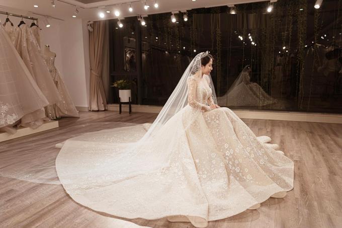 Cô dâu có thể kết hợp cùng khăn voan dài và vương miện để thêm trang trọng lúc cử hành hôn lễ.