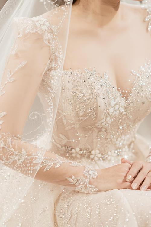 Những hạt đá pha lê điểm xuyết trên thân váy tăng hiệu ứng bắt sáng.