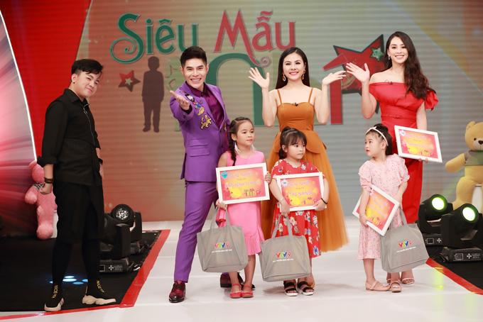 Chương trình Siêu mẫu nhí 2020 dành cho các bạn nhỏ từ 5 đến 9 tuổi do đài truyền hình VTV9 sản xuất và thực hiện lần thứ 5 với dàn giám khảo chính làNguyễn Hưng Phúc (vest tím, Tiểu Vy (váy đỏ) vàVân Trang (váy cam nâu)