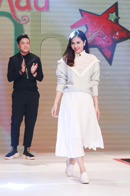 Vân Trang thị phạm phần trình diễn catwalk cho các mẫu nhí khi góp mặt trong chương trình.