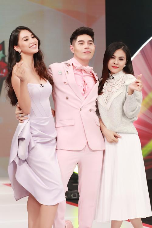 Bộ ba bam giám khảo ăn mặc đồng điệu về sắc màu và phong cách khi tham gia chấm thi mẫu nhí.
