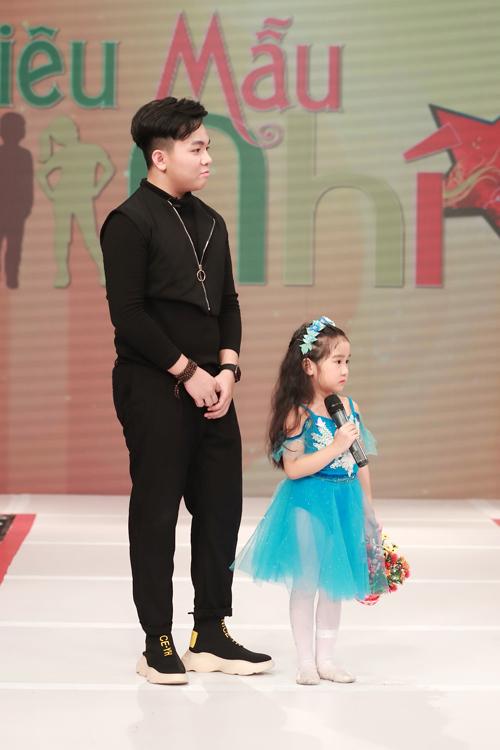 Cùng với đạo diễn Nguyễn Hưng Phúc, bé Ben (áo đen) cũng là MC đã tham gia chương trình từ những số đầu tiên.