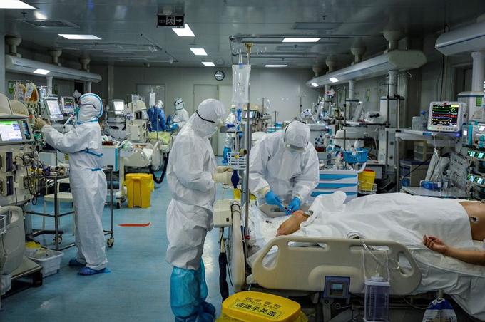 Các bác sĩ tại một bệnh viên ở Vũ Hán, Hồ Bắc, điều trị các những bệnh nhân nhiễm Covid-19. Ảnh: AFP.