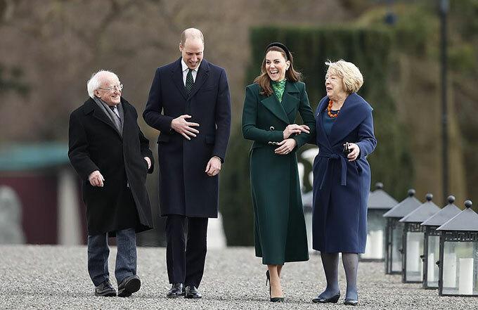 Tổng thống Ireland Michael Higgins và vợ Sabina đón tiếp vợ chồng Công tước xứ Cambridge tại Aras an Uachtarain ở Dublin