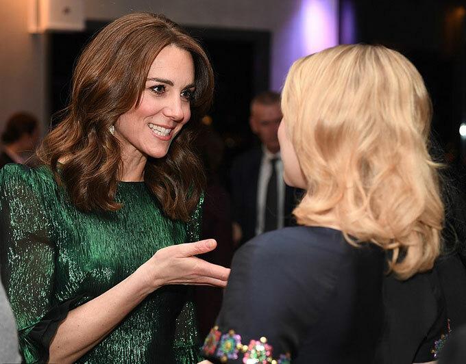 Kate trò chuyện với các vị khách có mặt tại lễ tiếp đón vợ chồng cô tại Guinness Storehouse.