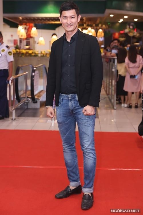 Đến xem phim của các đồng nghiệp, diễn viên Huy Khánh chăm chú quay video không khí sự kiện và các phần giao lưu của đoàn làm phim.