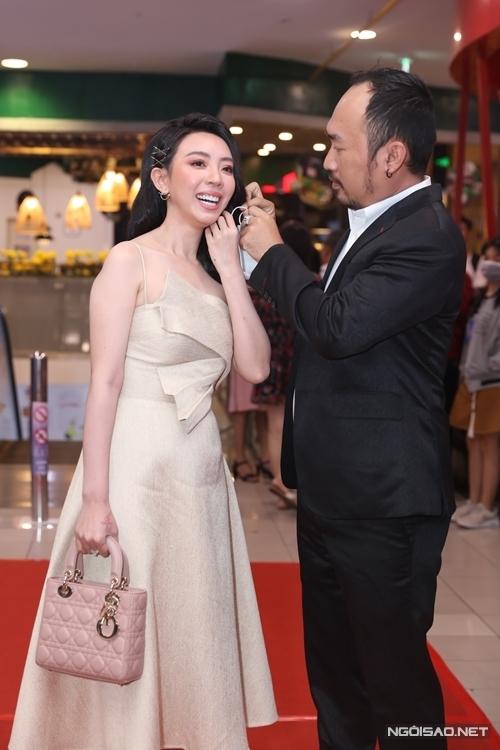 Một cặp vợ chồng khác được quan tâm trong buổi ra mắt phim Nắng 3 là Thu Trang - Tiến Luật. Tiến Luật ân cần giúp bà xã tháo khẩu trang trước khi chụp ảnh trên thảm đỏ.