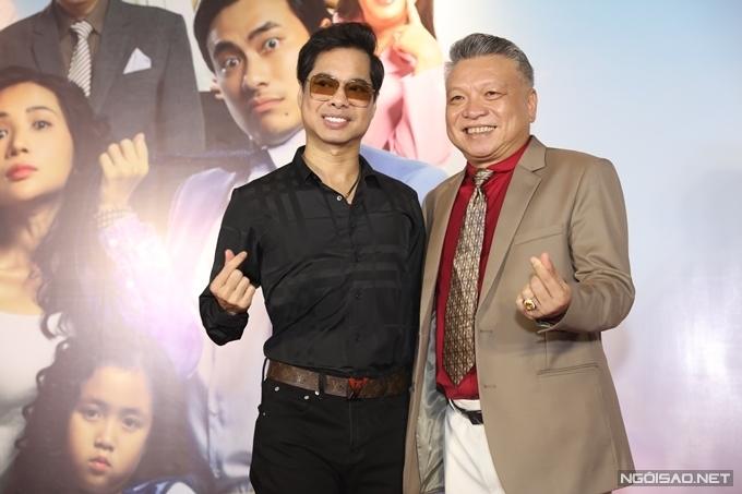 Ca sĩ Ngọc Sơn (trái) chúc mừng phim mới của đạo diễn Đồng Đăng Giao.
