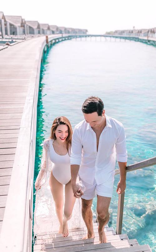 Nam diễn viên Hương Ga nắm chặt tay người tình khi cả hai cùng dạo biển.