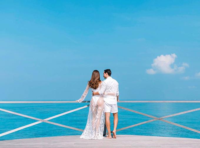 Trang phục tông trắng giúp cặp tiên đồng ngọc nữ thực sự nổi bật giữa nắng vàng, biển xanh.