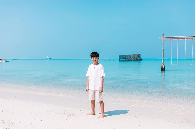 Cậu nhóc cũng mặc đồ trắng ton sur ton với mẹ và chú Kim Lý khi chụp ảnh kỷ niệm. Không chỉ ngọt ngào với Hồ Ngọc Hà, Kim Lý cũng rất yêu thương con trai riêng của bạn gái. Trước chuyến đi Maldives, Subeo từng cùng mẹ và chú Kim Lý du lịch nhiều nơi trên thế giới.