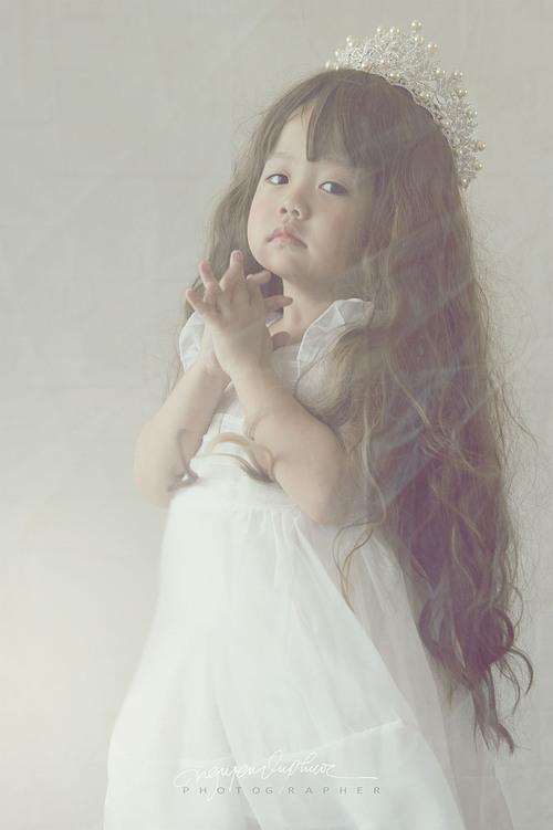 Cô bé cònrất thích xem phim hoạt hình và diễn xuất theo các nhân vật trong đó. Anh Vũ Phước và bà xã - chị Hoàng Oanh luôn có cách đặc biệt để ủng hộ con gái theo đuổi sở thích.
