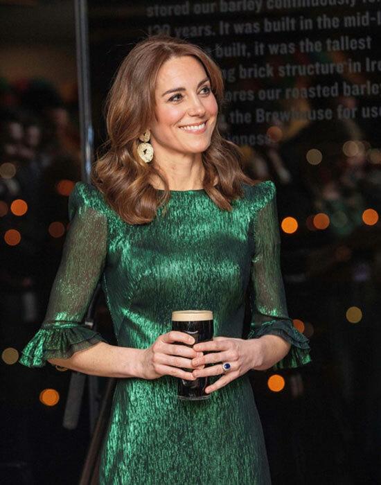 Bên dưới, vợ anh, Kate Middleton, cầm cốc bia chăm chú lắng nghe. Cả hai sẽ tiếp tục thăm Dublin trong hôm 4/3 và dự kiến tới thành phố Corkở Ireland vào ngày 5/3,trước khi trở về Anh với các con. Ảnh: AFP.Đây là chuyến công du chính thức đầu tiên tới Ireland của người đứng thứ 2trong danh sách kế thừa ngai vàng của hoàng gia Anh.Trong khi đó, Harry và Meghan đã đến thăm nước cộng hoà này trong hai ngày vào năm 2018 - chuyến công du nước ngoài đầu tiên của họ sau khi kết hôn. Còn Thái tử Charles và bà Camilla đã thực hiện 5 chuyến đi đến Ireland kể từ năm 2015. Nữ hoàng cũng từng đến Ireland từ 9 năm trước.
