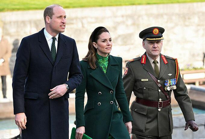 Hôm 3/3, vợ chồng Hoàng tử William và Kate Middleton đáp máy bay xuống Ireland để bắt đầu chuyến công du được lên kế hoạch trong thời gian chóng vánhnhằmlàm công chúng phân tâmkhỏi ồn ào của hoàng giasau khi nhà Harry tuyên bố rút lui. Ảnh: Rex.