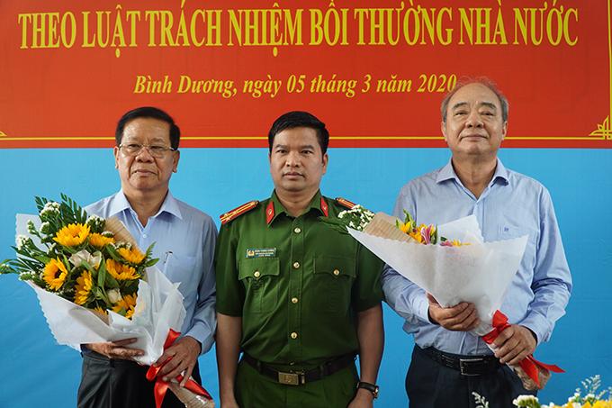Bộ Công an tặng hoa xin lỗi ông Lân (bìa trái) và ông Hướng sáng nay. Ảnh: Hoàng Trường