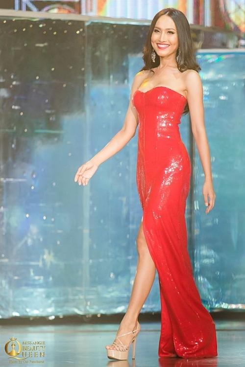 Chiếc váy có phom dáng ôm, tôn đường cong của Hoài Sa. Gam màu đỏ cũng giúp cô nổi bật hơn trong phần thi dạ hội.