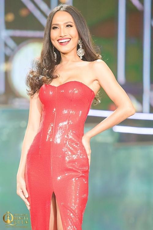 Người đẹp 29 tuổi khoe nụ cười rạng rỡ, thần thái tự tin trên sân khấu.