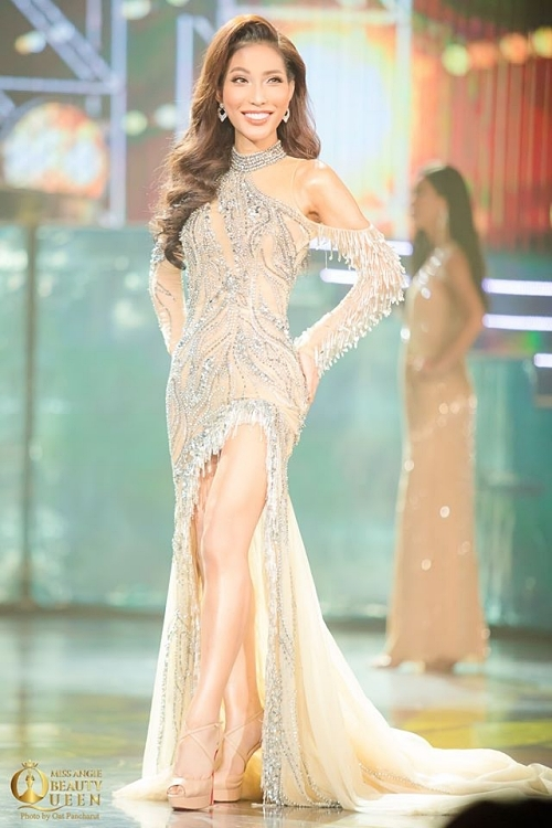 Đại diện Thuỵ Điển gốc Việt - Vicky Trần ghi điểm nhờ bộ váy lộng lẫy.