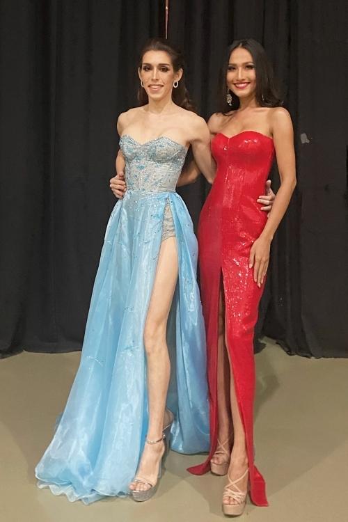 Đại diện Mỹ - Kayley Whalen gặp khó khăn về trang phục. Hoài Sa dành một chiếc váy của nhà thiết kế Nguyễn Minh Tuấn cho Kayley mượn trình diễn trên sân khấu. Cô khen người đẹpMỹ thân thiện, hoà động trong cuộc thi.