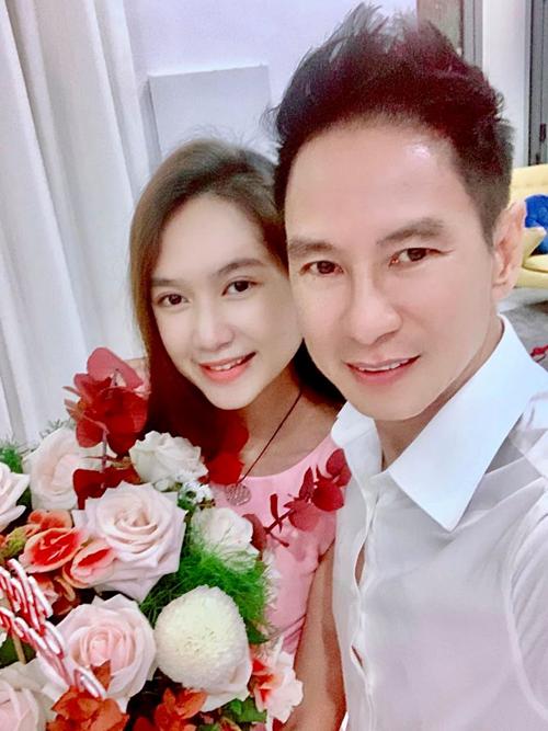 Vợ chồng Lý Hải - Minh Hải ngọt ngào như thuở mới yêu. Ngày 8/3 năm nào, Lý Hải cũng chuẩn bị hoa và quà cho vợ.