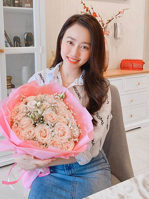 Dù mới yêu nhau, cầu thủ Tiến Linh khiến Huỳnh Hồng Loan thêm thương yêu khi gửi hoa cho cô.