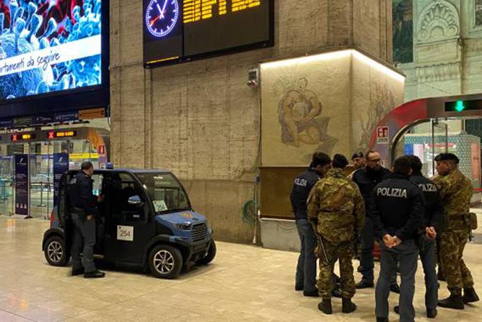 Quân nhân và cảnh sát Italy có mặt trên một con phố ở MIlan để tiến hành lệnh phong tỏa. Ảnh: Global News.