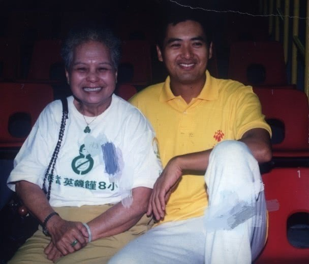 Nam diễn viên Châu Nhuận Phát và mẹ đẻ.