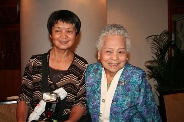 Chị gái Châu Nhuận Phát bên mẹ.