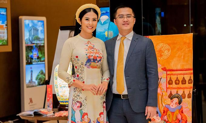 Ngọc Hân sinh năm 1989, đăng quang Hoa hậu Việt Nam 2010. Hoa hậu và bạn trai đã có thời gian dài tìm hiểu trước khi tiến đến hôn nhân.