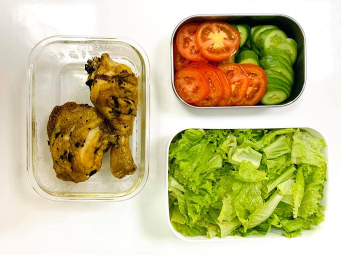 Do không ăn thịt heo, hạn chế thịt đỏ nên các bữa cơm trưa của Hằng thường có thịt gà hoặchải sản. Đùi gà rửa sạch được ướp với muối và tiêu chanh, cho vào nồi chiên không dầu để chế biến.