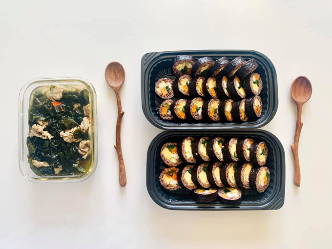 Tiện công nấu nênHằng thường chế biếndư một suất cơm trưa cho bạn đồng nghiệp.